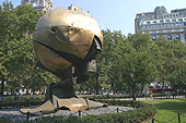 La sculpture du World Trade Center a été réinstallée en l'état dans Battery Park.