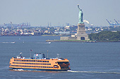 Le ferry de Staten Island passe à quelques encablures de la statue de la Liberté.