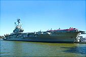 La silhouette de l'USS Intreprid.