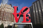 """Le """"Love Park"""" et sa statue signée Robert Indiana."""