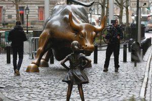 La nuova statua sfida il toro di Wall Street